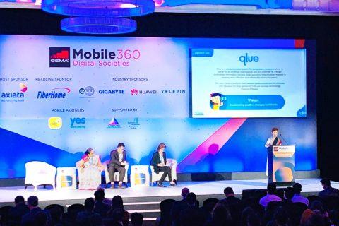 CCO Qlue Maya Arvini sedang memberikan penjelasan mengenai Qlue di hadapan peserta GSMA Mobile 360 Kuala Lumpur - Digital Societies