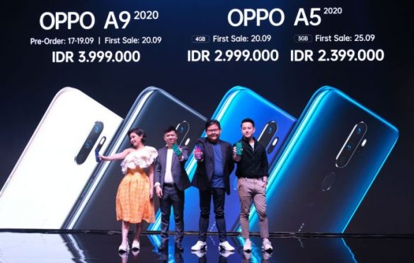 Marketing Planning Manager OPPO Indonesia Suwanto dan PR Manager OPPO Indonesia Aryo Meidianto berfoto bersama Brand Ambassador OPPO Indonesia Billy Davidson dan Vanesha Prescilla dalam acara peluncuran A Series 2020 di Jakarta (17/9).